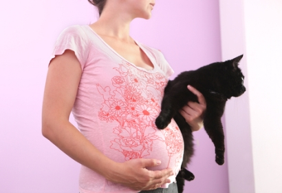 pregnant_woman_with_cat_main